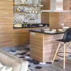 На фото хорошо виден переход от кафеля к паркету на полу. (скандинавский,средиземноморский,интерьер,дизайн интерьера,мебель,квартиры,апартаменты,кухня,дизайн кухни,интерьер кухни,кухонная мебель,мебель для кухни,столовая,дизайн столовой,интерьер столовой,мебель для столовой)