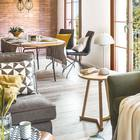 Рисунок ковра повторяется в рисунке подушек на диване. (скандинавский,средиземноморский,интерьер,дизайн интерьера,мебель,квартиры,апартаменты,гостиная,дизайн гостиной,интерьер гостиной,мебель для гостиной,столовая,дизайн столовой,интерьер столовой,мебель для столовой)