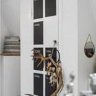 На дверце шкафа черные области для заметок по дням недели. (скандинавский,современный,интерьер,дизайн интерьера,мебель,квартиры,апартаменты,гостиная,дизайн гостиной,интерьер гостиной,мебель для гостиной)