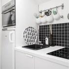 Небольшая кухня с фартуком из черной плитки. (скандинавский,современный,интерьер,дизайн интерьера,мебель,квартиры,апартаменты,кухня,дизайн кухни,интерьер кухни,кухонная мебель,мебель для кухни)