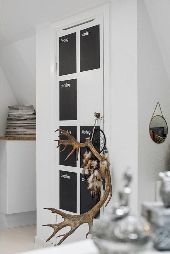 На дверце шкафа черные области для заметок по дням недели.