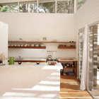 Кухня отделена от столовой и гостиной кухонным полуостровом. (архитектура,дизайн,экстерьер,интерьер,дизайн интерьера,мебель,современный,кухня,дизайн кухни,интерьер кухни,кухонная мебель,мебель для кухни)