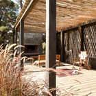 Терраса крыта бамбуком, который хорошо защищает от палящего солнца. (архитектура,дизайн,экстерьер,интерьер,дизайн интерьера,мебель,современный,на открытом воздухе,патио,балкон,терраса)