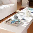 Визуально массивны белый журнальный стол. (архитектура,дизайн,экстерьер,интерьер,дизайн интерьера,мебель,современный,гостиная,дизайн гостиной,интерьер гостиной,мебель для гостиной)