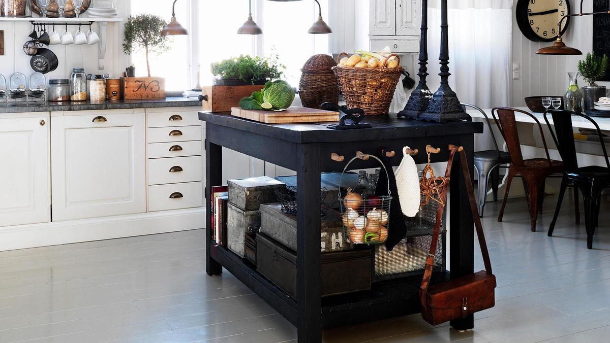 Черный деревянный кухонный остров с полкой и крючками.