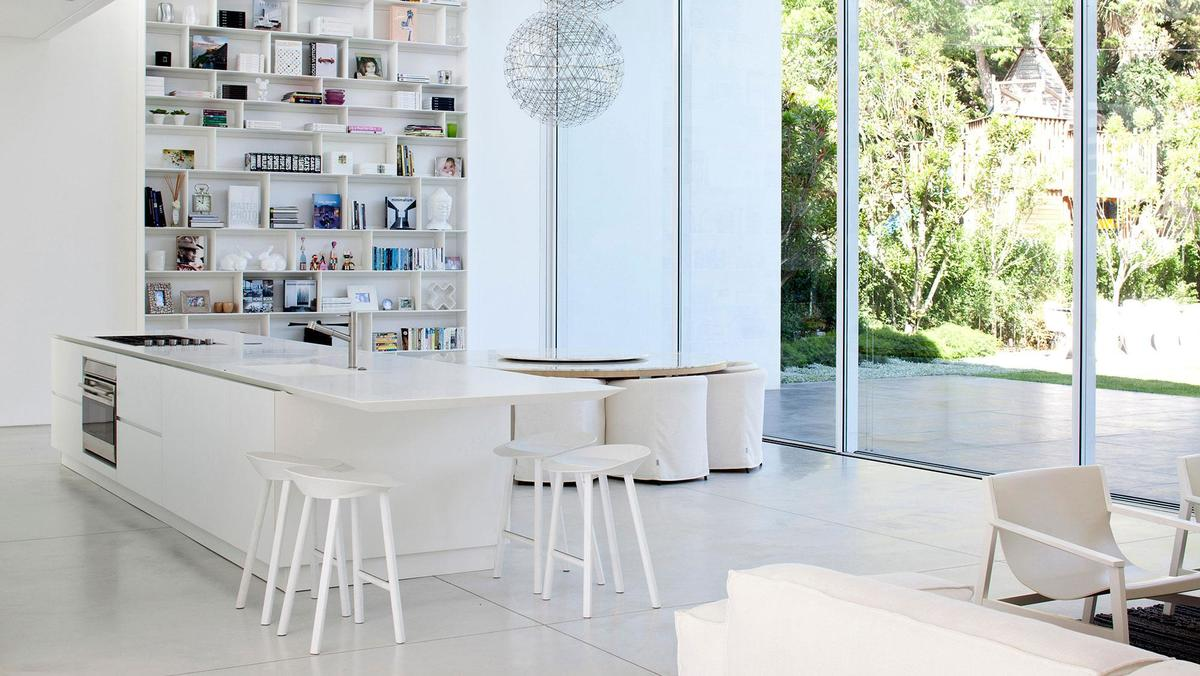 Данный белый кухонный остров в стиле минимализм является всей кухней .