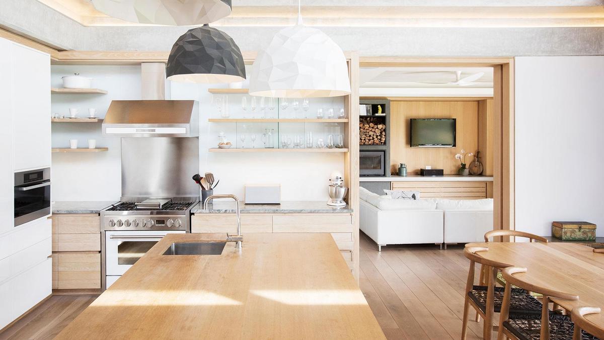 Кухня-столовая разделена большим кухонным островом.