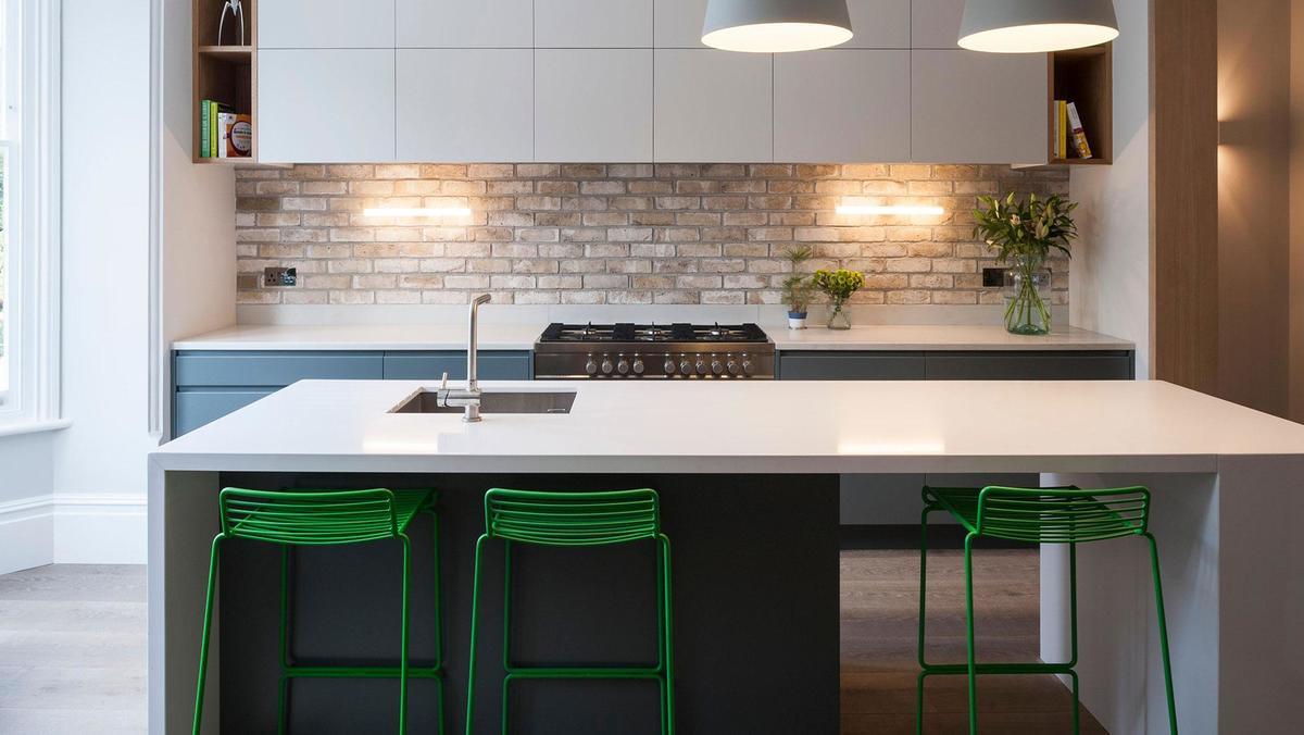Кухня в стиле минимализм с бело-серой мебелью. Кухонный остров полностью соответствует стилю кухни.