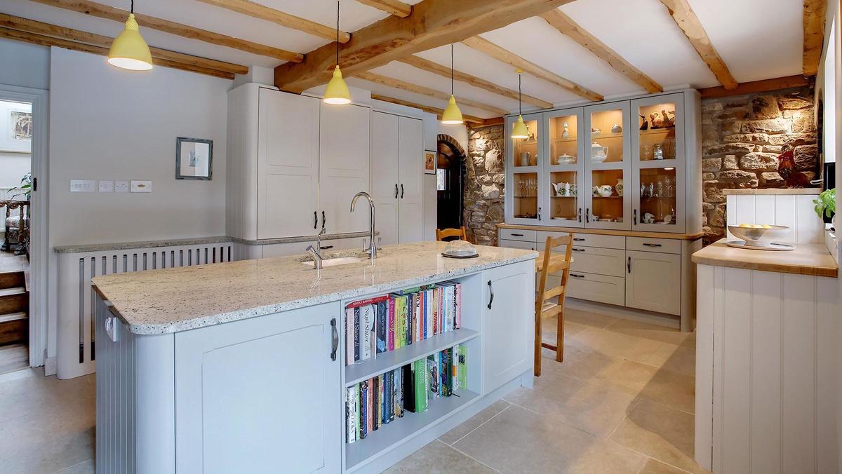 Кухонный остров может служить емкой системой хранения, в частности и для книг с рецептами.