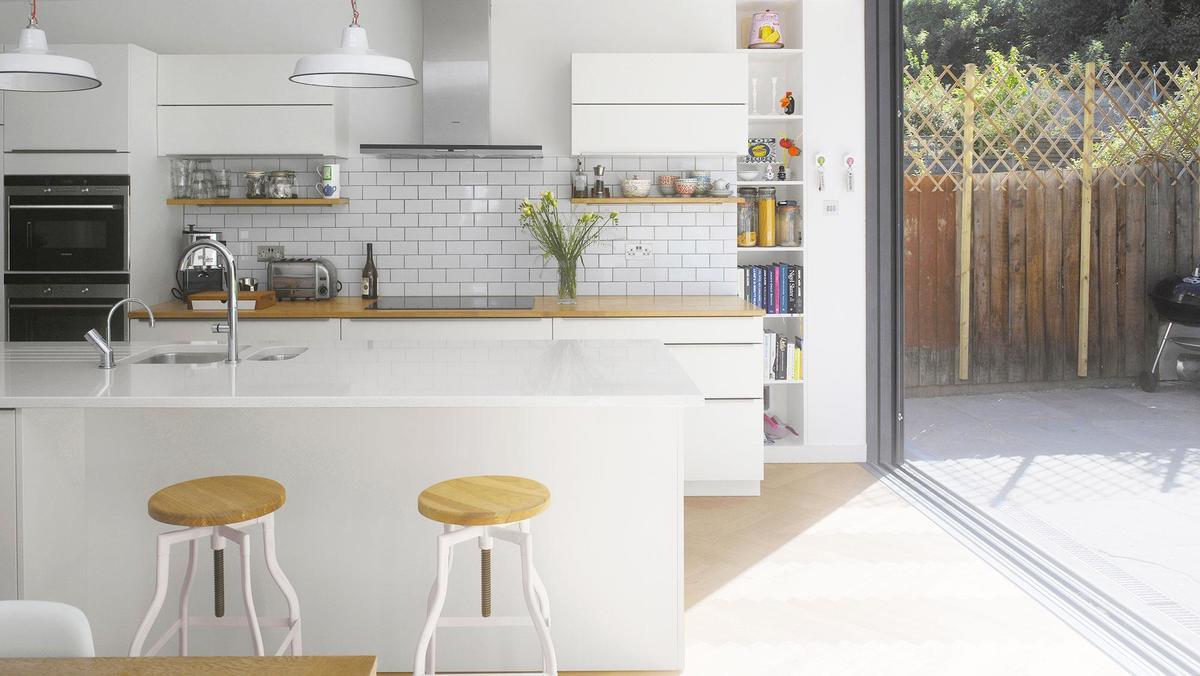 Минималистичный кухонный остров хорошо сочетается с элементами в стиле лофт.