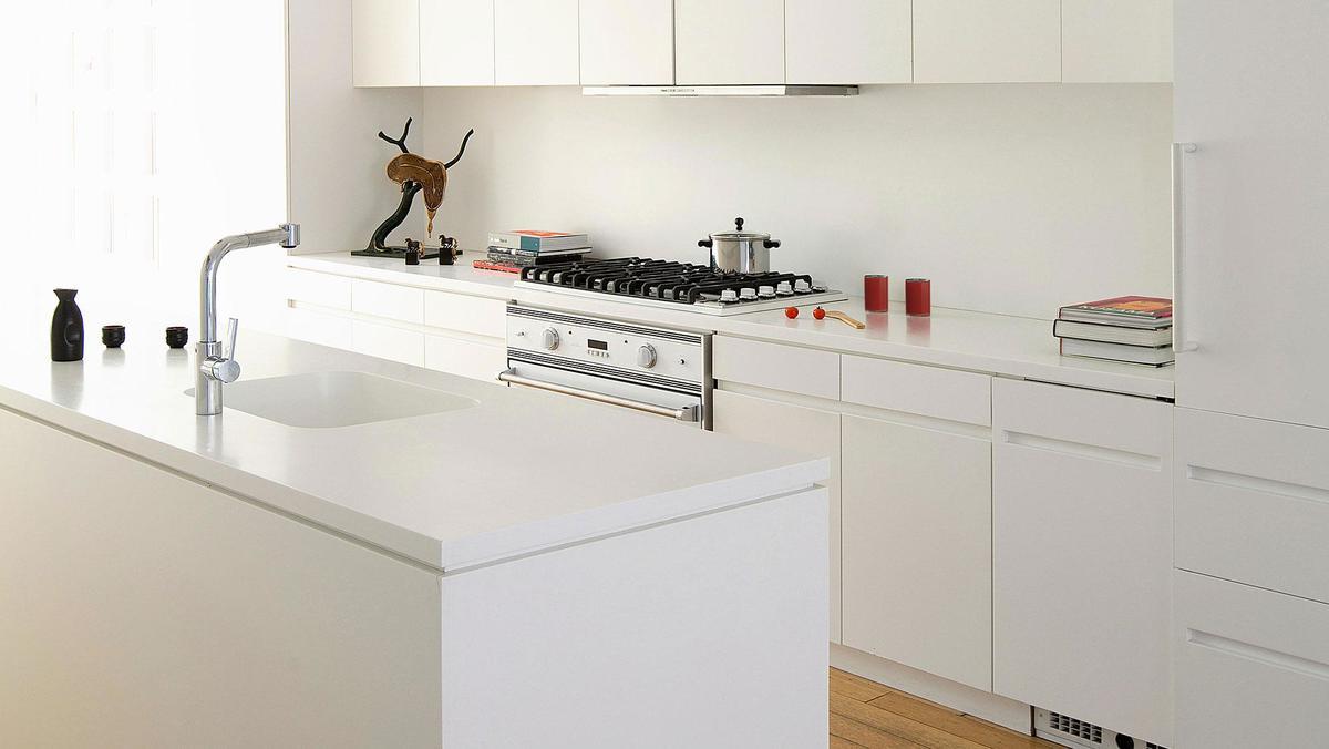 Ничто так не украшает маленькую кухню как простой и упорядоченный белый минимализм.