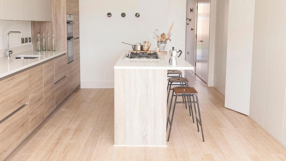 Очень теплый интерьер кухни благодаря дереву в отделке. Кухонный стол хорошо гармонирует как с мебелью так и с полом.