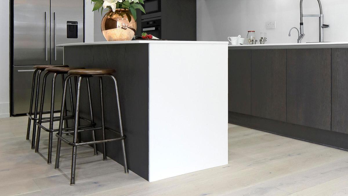 Относительно небольшой и лаконичный кухонный остров в стиле минимализм.
