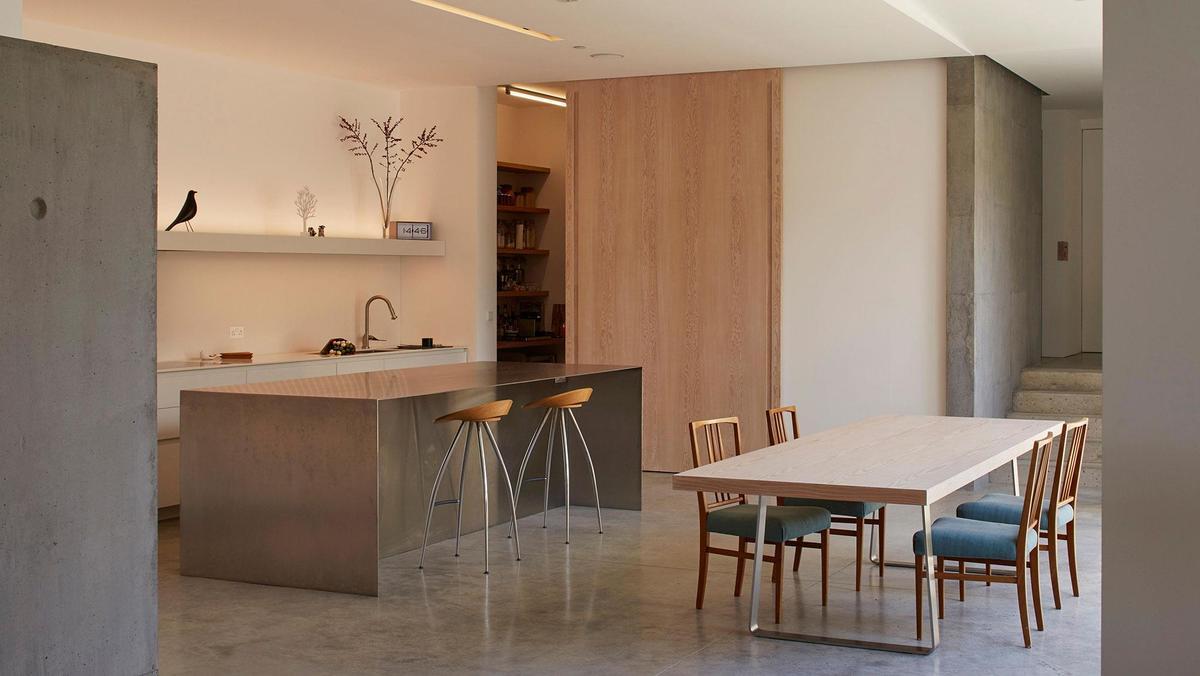 Стальной кухонный остров сам по себе можно считать арт объектом украшающим кухню и столовую.