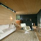 Диван в гостиной расположен так чтоб можно было удобно сидеть и смотреть на залив. (скандинавский,архитектура,дизайн,экстерьер,интерьер,дизайн интерьера,мебель,гостиная,дизайн гостиной,интерьер гостиной,мебель для гостиной)