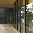 Терраса и стеклянная стена - почти незаметно отделяет террасу от внутреннего пространства дома. (скандинавский,архитектура,дизайн,экстерьер,интерьер,дизайн интерьера,мебель,на открытом воздухе,патио,балкон,терраса)