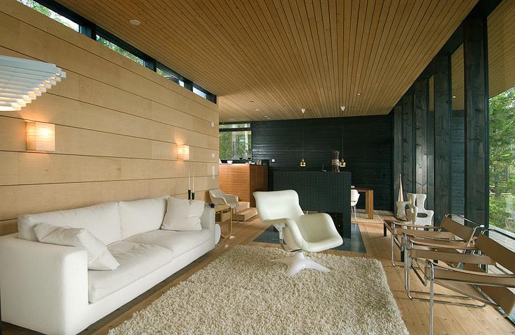 Диван в гостиной расположен так чтоб можно было удобно сидеть и смотреть на залив.