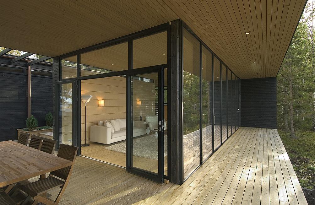 На террасе предусмотрено место для столовой на открытом воздухе.