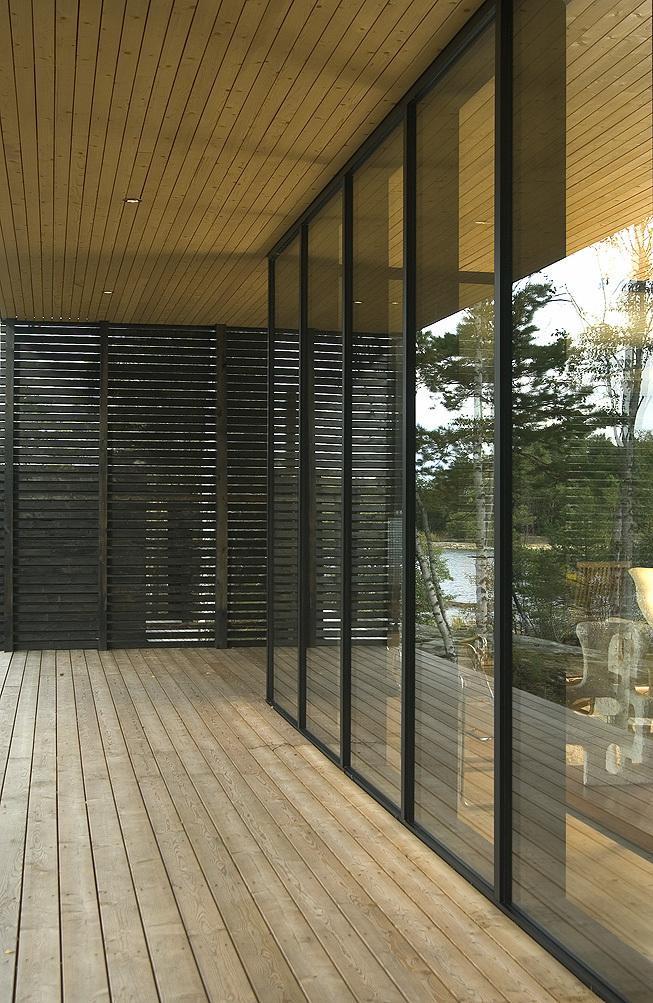 Терраса и стеклянная стена - почти незаметно отделяет террасу от внутреннего пространства дома.