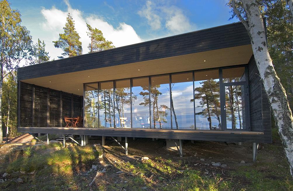 Вокруг дома сделана довольно широкая терраса.