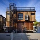 Задний фасад дома, индустриального вида винтовая лестница на террасу на крыше дома.