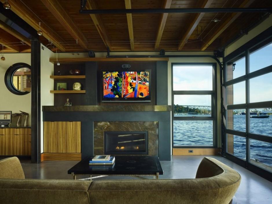 Большая площадь остекления жилой комнаты на первом этаже максимально полно использует роскошный вид на озеро.