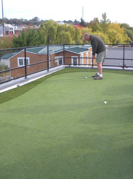 Небольшая площадка для гольфа на крыше дома.