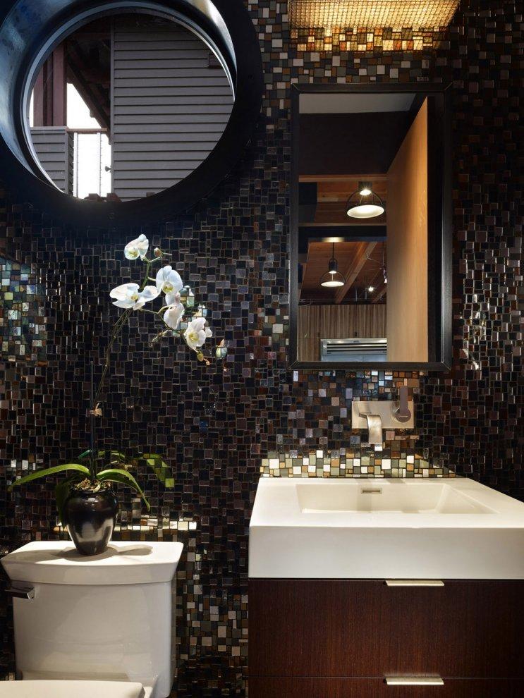 Ванная комнат с окном иллюминатором на первом этаже дома.