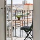 Балкон очень маленький, но там помещается откидной столик и два стула. (скандинавский,интерьер,дизайн интерьера,мебель,квартиры,апартаменты,балкон,лоджия,дизайн лоджии,дизайн балкона,ремонт балкона,ремонт лоджии)