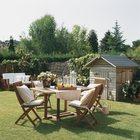 Деревянный стол на газоне во дворе. (столовая,дизайн столовой,интерьер столовой,мебель для столовой,на открытом воздухе,патио,балкон,терраса,мебель)