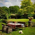 Обеденный стол в саду, если солнце позволяет.