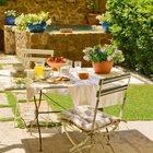 Романтический завтрак на заднем дворе. (столовая,дизайн столовой,интерьер столовой,мебель для столовой,на открытом воздухе,патио,балкон,терраса,мебель)