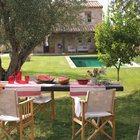 Стол не обязательно ставить в непосредственной близости к дому, если есть более любимое место в саду.