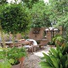Столы и скамейки органично смотрятся в качестве садовой мебели.
