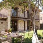 Тенистое и уютное место для летней столовой - рядом с домом под деревом. (столовая,дизайн столовой,интерьер столовой,мебель для столовой,на открытом воздухе,патио,балкон,терраса,мебель)