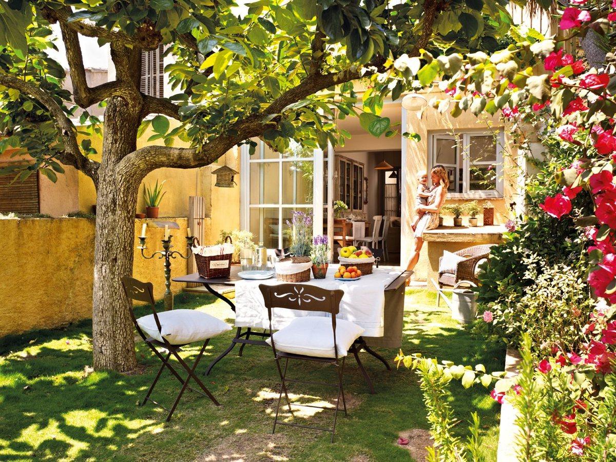 Небольшой и уютный тенистый дворик с цветами располагает к отдыху.