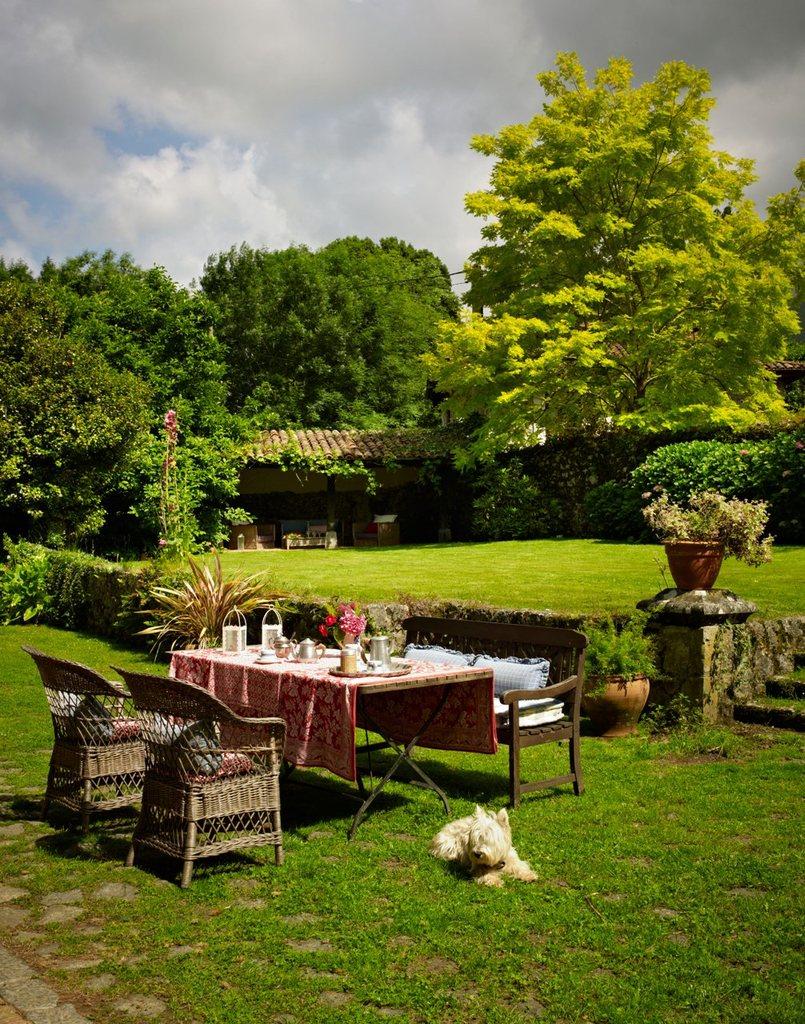 Обеденный стол в саду, если солнце позволяет