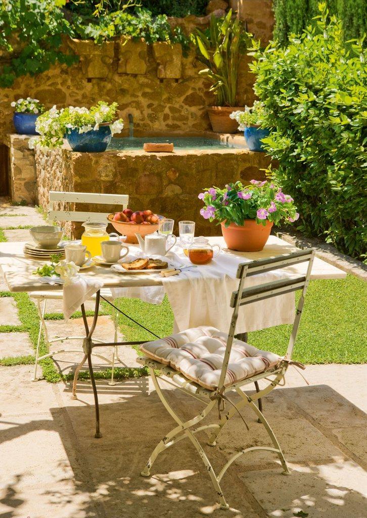 Романтический завтрак на заднем дворе.