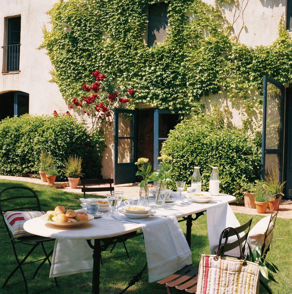 Стальной стол и стулья являются хорошим выбором в качестве садовой мебели.