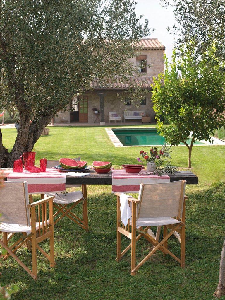 Стол не обязательно ставить в непосредственной близости к дому, если есть более любимое место в саду