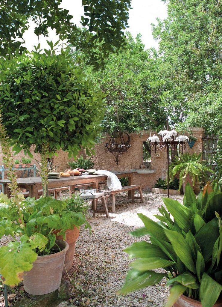 Столы и скамейки органично смотрятся в качестве садовой мебели