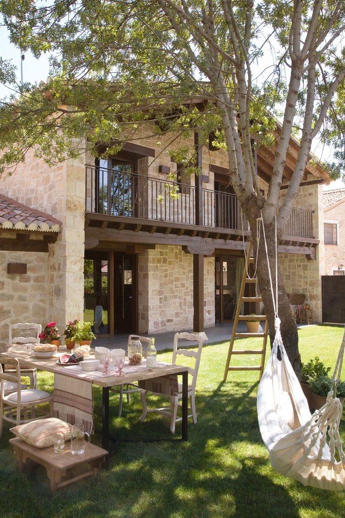 Тенистое и уютное место для летней столовой - рядом с домом под деревом.