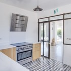 Кухня укомплектована современной техникой, пол кухни выделен кафелем.