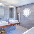 Стены ванной отделаны под бетон, пол выполнен из полированного бетона, как и пол в гостиной. (средиземноморский,современный,французская провинция,прованс,стиль прованс,интерьер прованс,архитектура,дизайн,экстерьер,интерьер,дизайн интерьера,мебель,ванна,санузел,душ,туалет,дизайн ванной,интерьер ванной,сантехника,кафель)