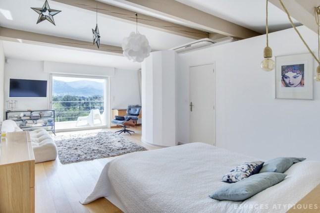Главная спальня имеет свою террасу с панорамным видом на холмистый прилегающий пейзаж.