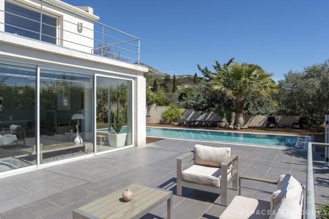 Рядом с домом расположена просторная терраса с бассейном.