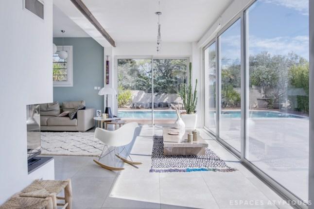 Сдвижные двери легко превращают террасу с бассейном в продолжение жилой комнаты.