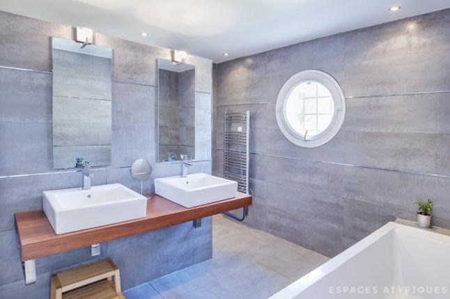 Стены ванной отделаны под бетон, пол выполнен из полированного бетона, как и пол в гостиной.