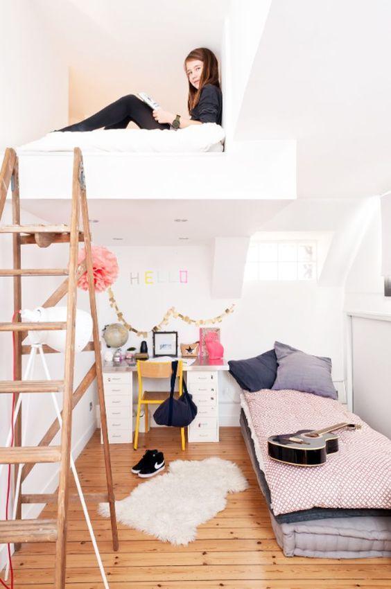 Детская комната на мансарде со вторым спальным местом под крышей.