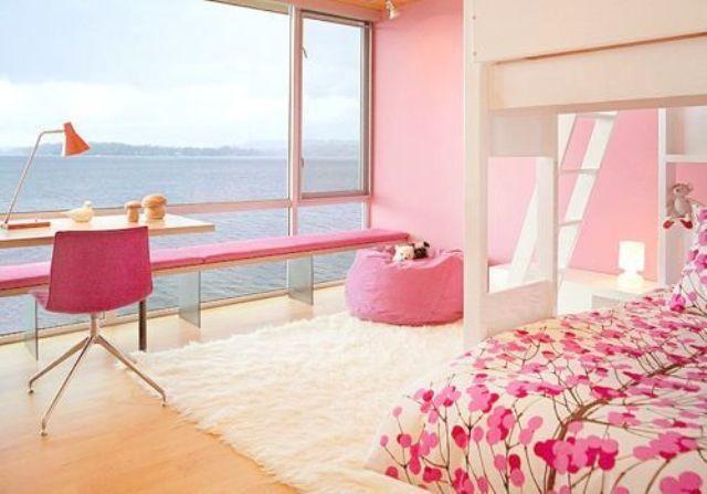 Девчачья детская в розовых тонах с отличным видом из окна.